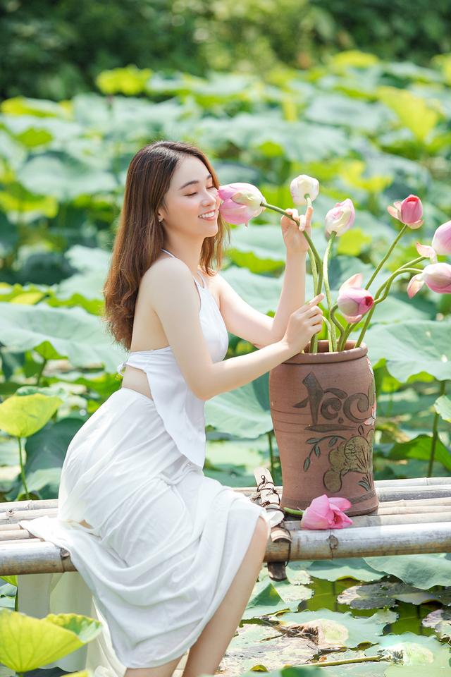 Hot girl ĐH Thủ đô biến hóa trong trẻo bên hoa sen - 7