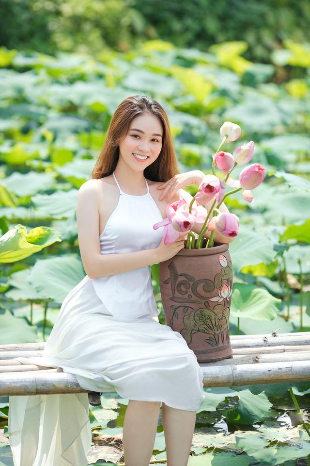 Hot girl ĐH Thủ đô biến hóa trong trẻo bên hoa sen - 1