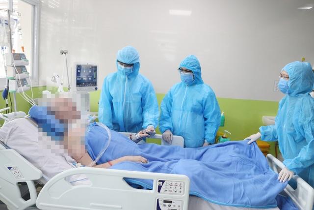 Phi công người Anh nhiễm Covid-19 đang được tập cai máy thở - 3