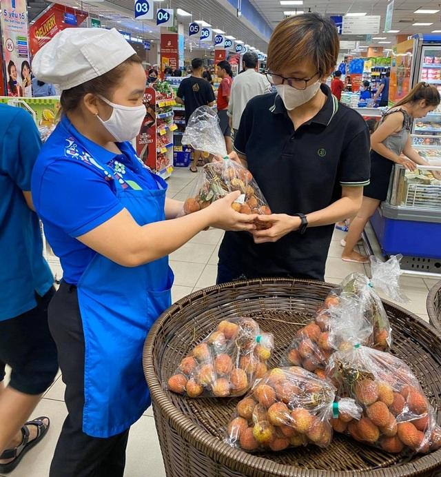 """Vải thiều 20.000 đồng/kg, người Sài Gòn """"đổ xô"""" mua ủng hộ nông dân - 1"""