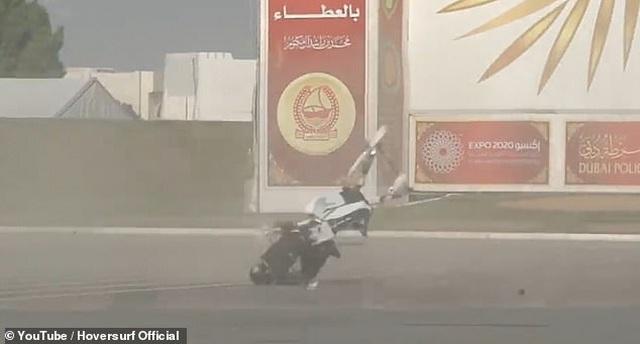 Video cảnh sát Dubai ngã lộn nhào khi điều khiển xe bay - 1