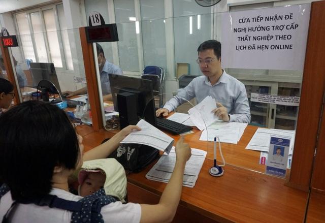 Người dân Hà Nội ùn ùn đi làm trợ cấp thất nghiệp... từ 5h sáng - 9