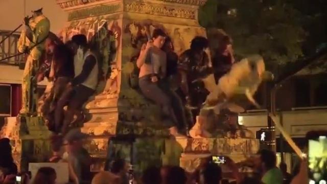 Khoảnh khắc tượng đổ đè vỡ đầu người biểu tình Mỹ - 1