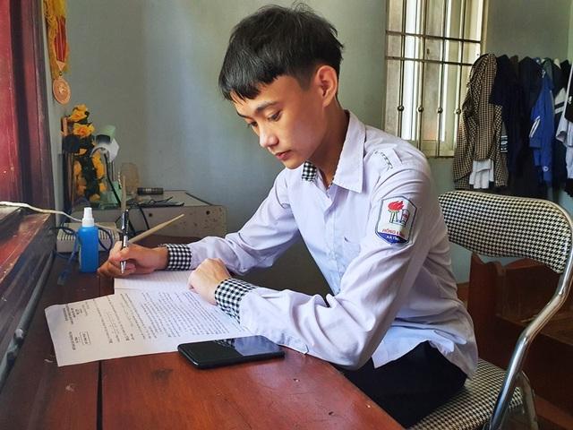 Nghị lực cậu học trò nghèo mồ côi mẹ đạt giải Nhì tỉnh môn Toán - 4