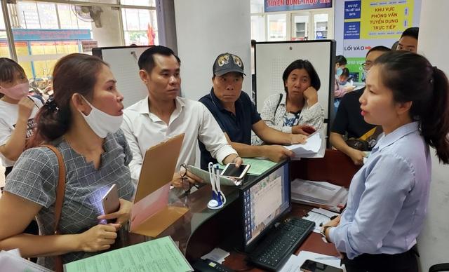 Người dân Hà Nội ùn ùn đi làm trợ cấp thất nghiệp... từ 5h sáng - 7
