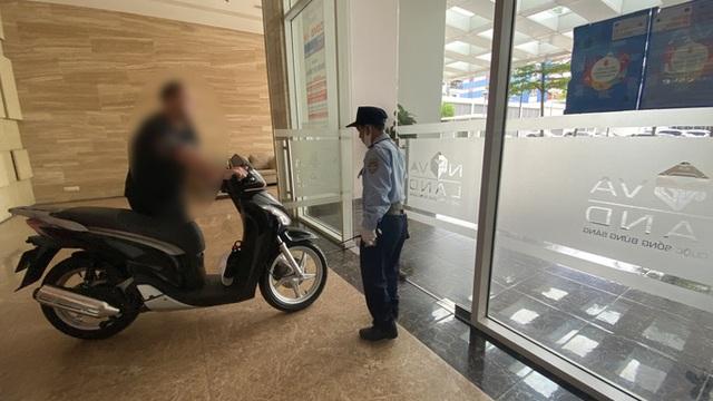 Bi hài chuyện phải mang xe máy lên căn hộ cao cấp vì sợ mất trộm - 1
