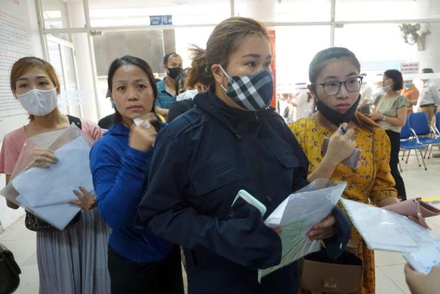Người dân Hà Nội ùn ùn đi làm trợ cấp thất nghiệp... từ 5h sáng - 6