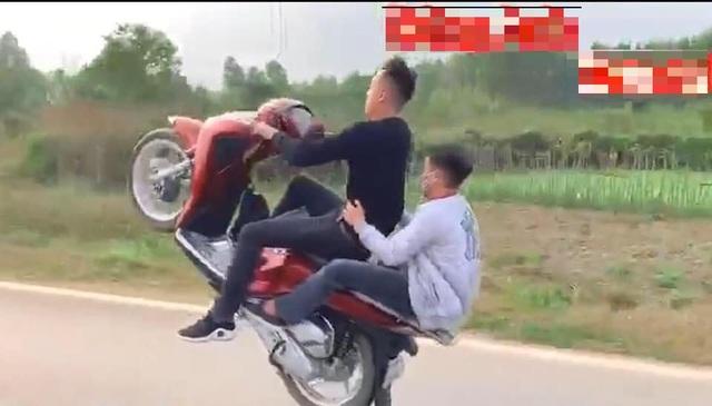 Hà Nội: Xử lý thanh niên bốc đầu xe máy rồi quay clip đăng lên mạng - 1
