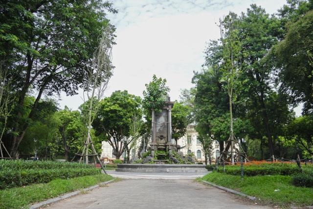 Đài phun nước cổ nhất Hà Nội đeo đai chống sập - 1