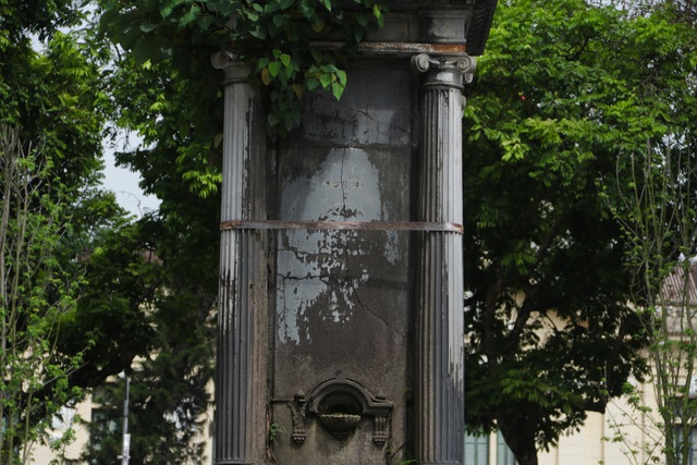 Đài phun nước cổ nhất Hà Nội đeo đai chống sập - 11