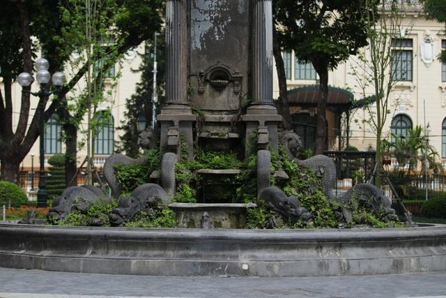 Đài phun nước cổ nhất Hà Nội đeo đai chống sập - 2