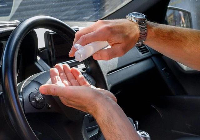 Nước rửa tay khô để trong ô tô dưới trời nắng có thể gây cháy xe - 1