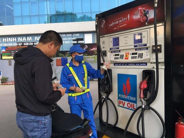 Tình huống đáng ngờ: Có tiền không mua nổi xăng dầu chạy máy - 1