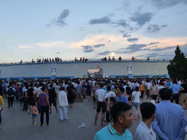 Hàng ngàn CĐV Hà Tĩnh bức xúc cầm vé trên tay không được vào sân - 10