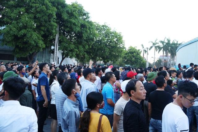 Hàng ngàn CĐV Hà Tĩnh bức xúc cầm vé trên tay không được vào sân - 5