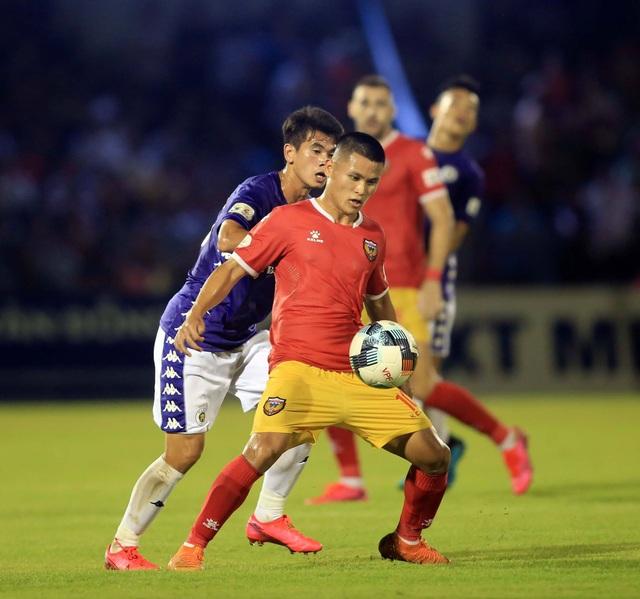 CLB Hà Nội hoà Hà Tĩnh trong trận đấu bù giờ gần… 40 phút - 3