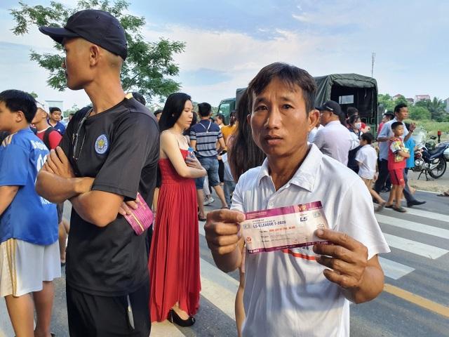 Hàng ngàn CĐV Hà Tĩnh bức xúc cầm vé trên tay không được vào sân - 6