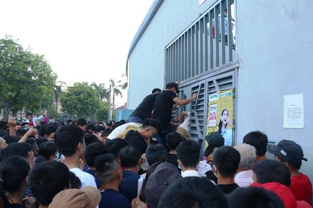 Hàng ngàn CĐV Hà Tĩnh bức xúc cầm vé trên tay không được vào sân - 3