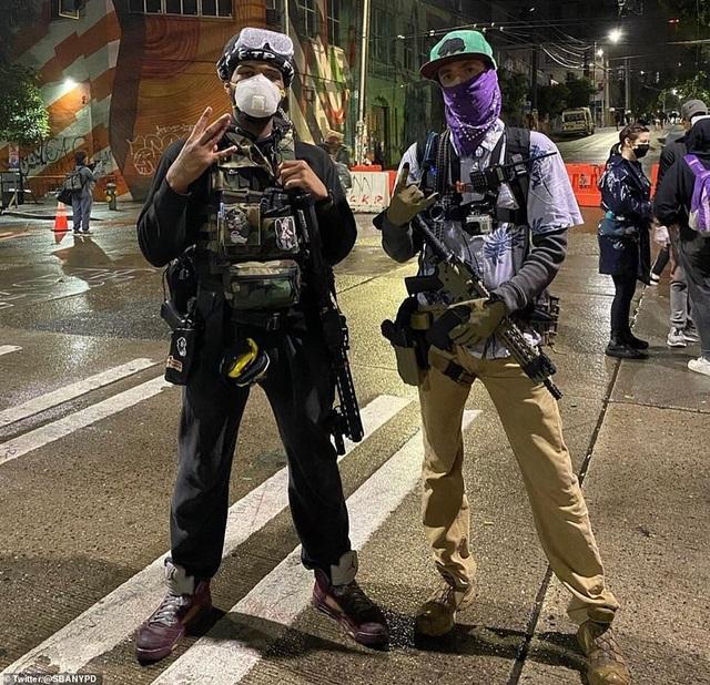 """Dãy phố bị người biểu tình Mỹ chiếm giữ, quây thành """"khu tự quản"""" - 10"""