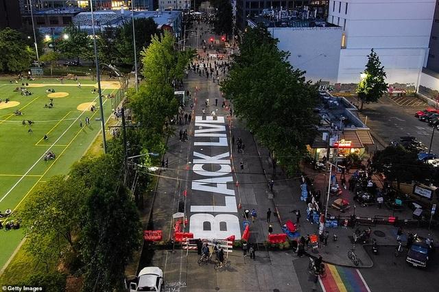 """Dãy phố bị người biểu tình Mỹ chiếm giữ, quây thành """"khu tự quản"""" - 13"""