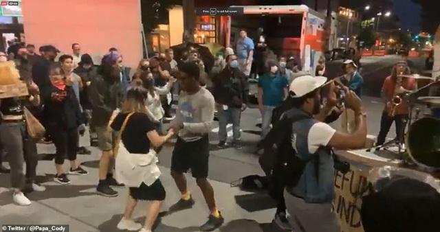 """Dãy phố bị người biểu tình Mỹ chiếm giữ, quây thành """"khu tự quản"""" - 6"""