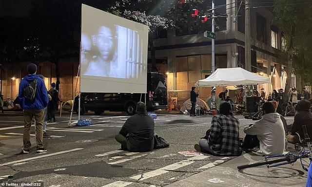 """Dãy phố bị người biểu tình Mỹ chiếm giữ, quây thành """"khu tự quản"""" - 8"""