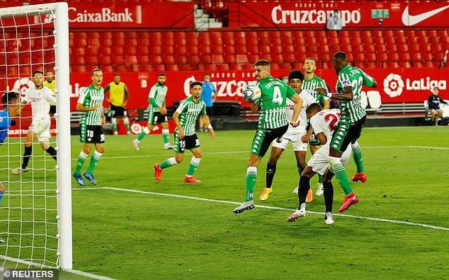 Sevilla thắng trận derby trong ngày La Liga trở lại - 6
