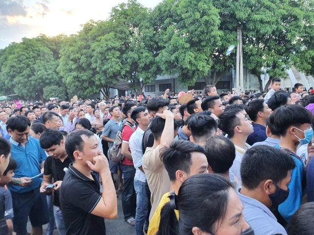 Hàng ngàn CĐV Hà Tĩnh bức xúc cầm vé trên tay không được vào sân - 2