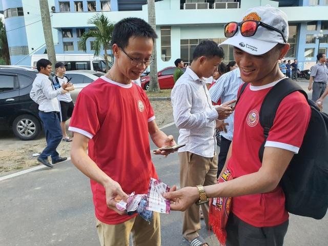 Hàng ngàn CĐV Hà Tĩnh bức xúc cầm vé trên tay không được vào sân - 7