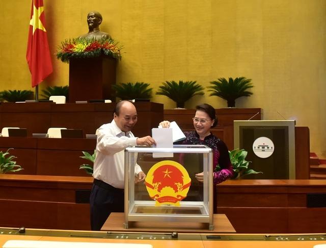 21 thành viên Hội đồng bầu cử Quốc gia ra mắt Quốc hội