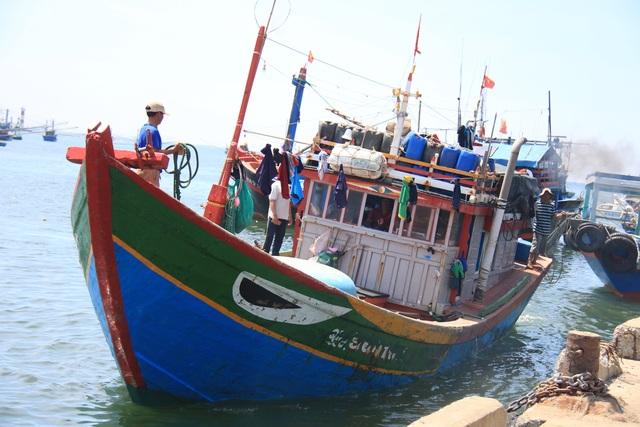 Quảng Ngãi: Tàu cá bị đâm chìm, 16 ngư dân rơi xuống biển - 1