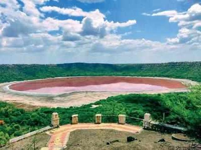 Hồ nước 50.000 năm tuổi bất ngờ chuyển màu lạ chỉ sau một đêm - 1