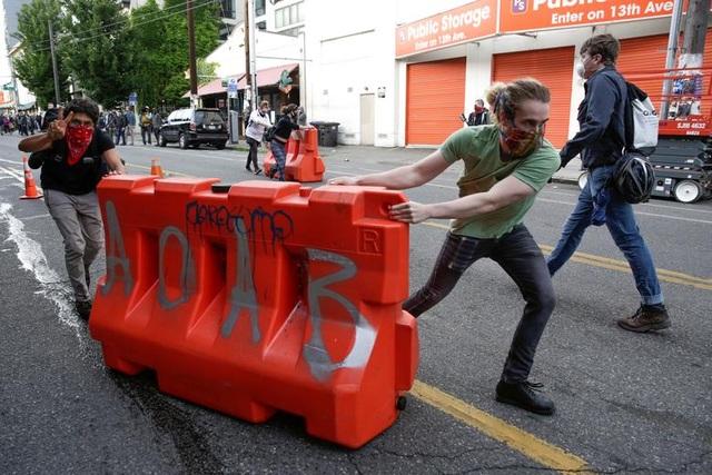 """Dãy phố bị người biểu tình Mỹ chiếm giữ, quây thành """"khu tự quản"""" - 2"""