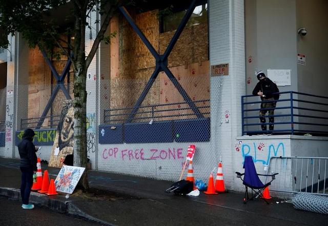 """Dãy phố bị người biểu tình Mỹ chiếm giữ, quây thành """"khu tự quản"""" - 4"""
