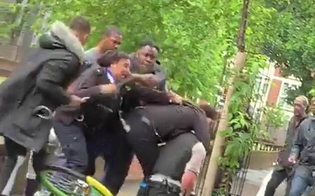 Giới chức Anh sốc vì cảnh sát bị hành hung trên phố - 1