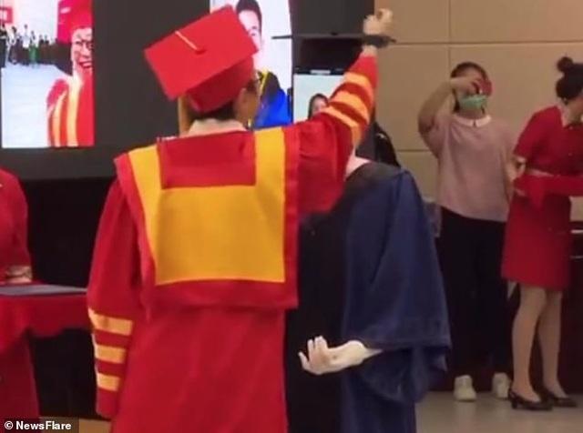 Trung Quốc: Robot thay sinh viên nhận bằng tốt nghiệp - 2