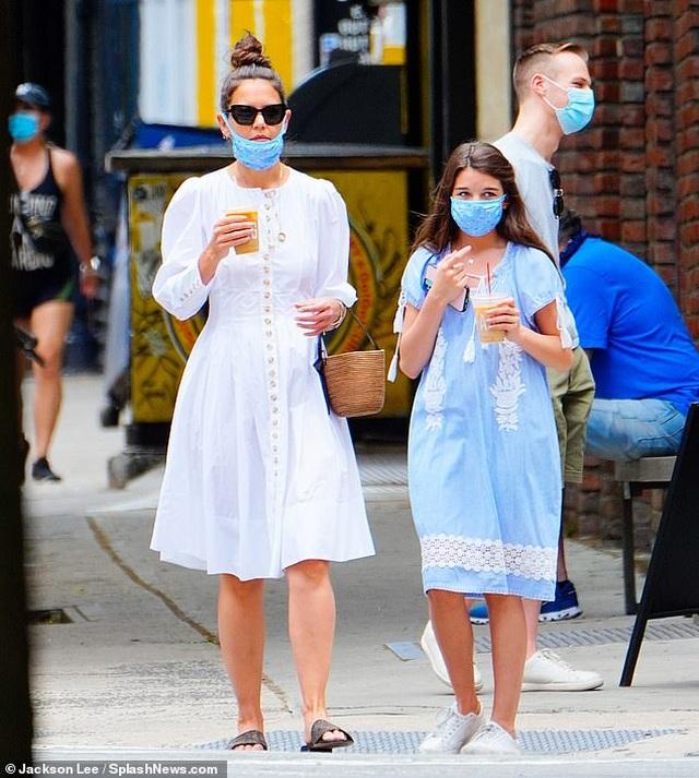 Katie Holmes và con gái đeo khẩu trang đi mua cà phê - 1