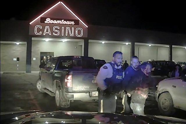 """Thủ tướng Canada """"sốc"""" vì video cảnh sát đánh thủ lĩnh thổ dân - 1"""