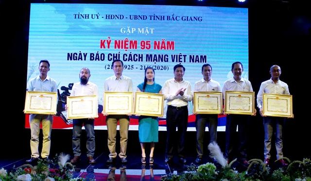 Chủ tịch Bắc Giang tặng bằng khen Trưởng ban Bạn đọc Báo Dân trí - 1