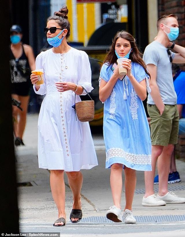 Katie Holmes và con gái đeo khẩu trang đi mua cà phê - 2