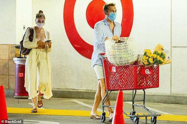Katie Holmes và con gái đeo khẩu trang đi mua cà phê - 5
