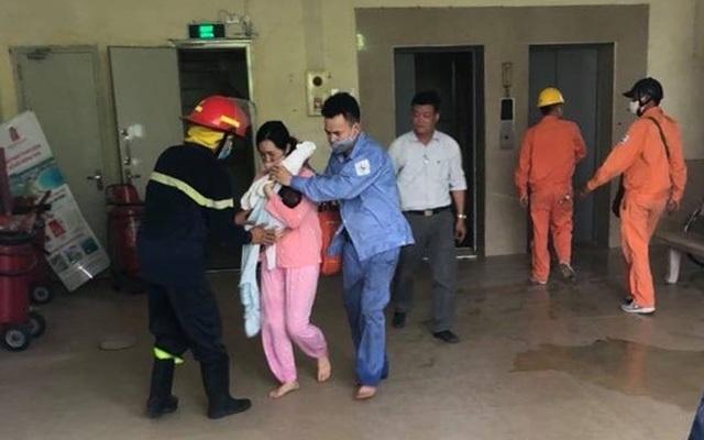 Cháy chung cư ở Hà Nội, giải cứu 4 người kẹt trong thang máy - 1
