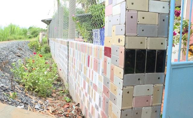 Cổng nhà được ốp bằng 2.000 vỏ điện thoại với chi phí hơn 200 triệu đồng - 3