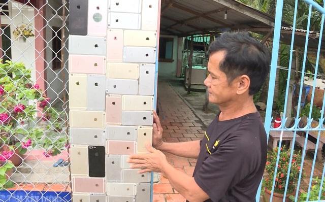 Cổng nhà được ốp bằng 2.000 vỏ điện thoại với chi phí hơn 200 triệu đồng - 2