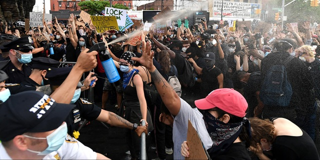 New York ra luật cấm cảnh sát kẹp cổ nghi phạm - 1
