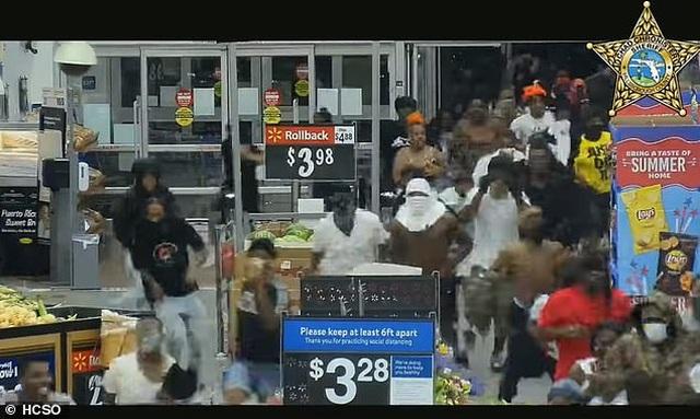 Video hàng trăm người lao vào siêu thị Mỹ hôi của - 3