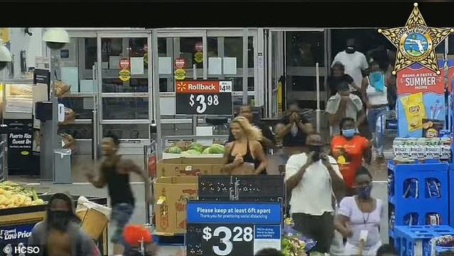 Video hàng trăm người lao vào siêu thị Mỹ hôi của - 4