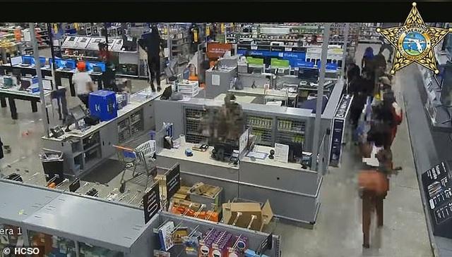 Video hàng trăm người lao vào siêu thị Mỹ hôi của - 5