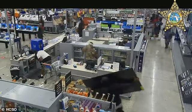 Video hàng trăm người lao vào siêu thị Mỹ hôi của - 6