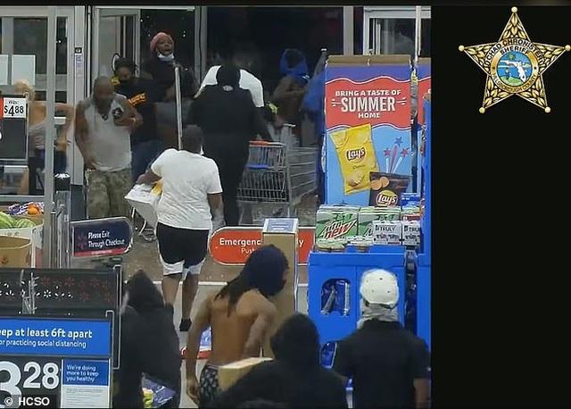 Video hàng trăm người lao vào siêu thị Mỹ hôi của - 8
